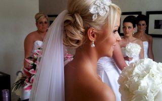 Свадебные прически с фатой –  8 модных тенденций