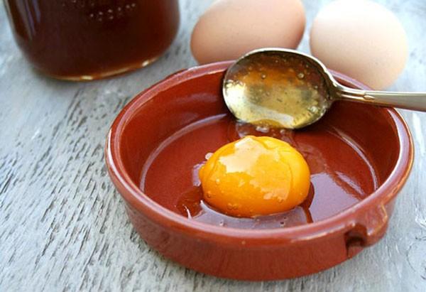 Маска с медом и яичным желтком