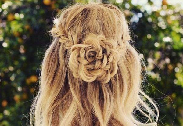 Цветок из волос на распущенных волосах