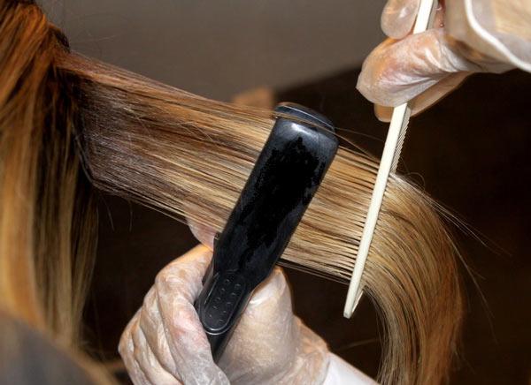 нанесение кератиновой массы на волосы