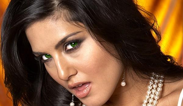Девушка с темно-зелеными глазами