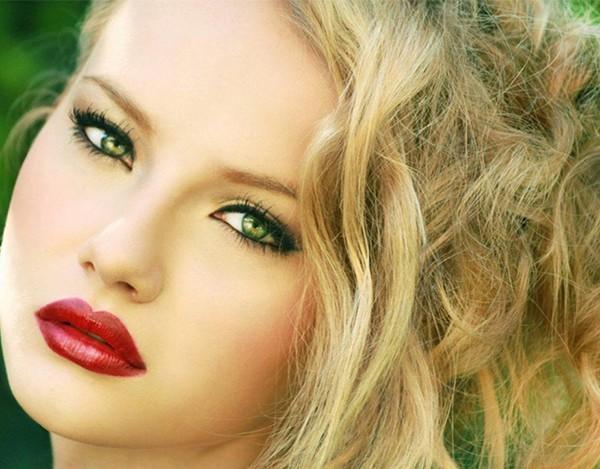 Блондинка с желто-зелеными глазами