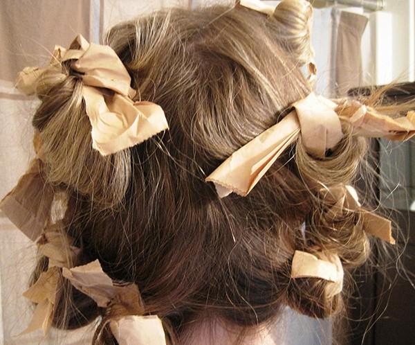 Волосы накручены на тряпочки